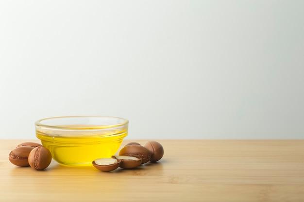Argan noten en olie op een houten tafel