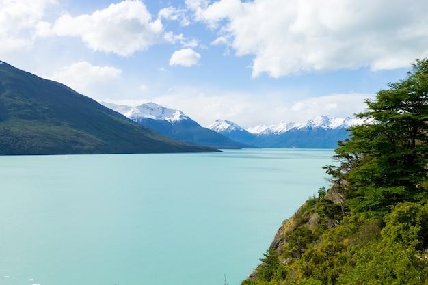 Argentijns meerlandschap, perito moreno-gletsjergebied, patagonië, argentinië. patagonische landschap