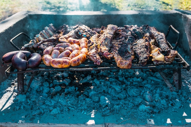 Argentijnse barbecue op een grill met hout sintels.