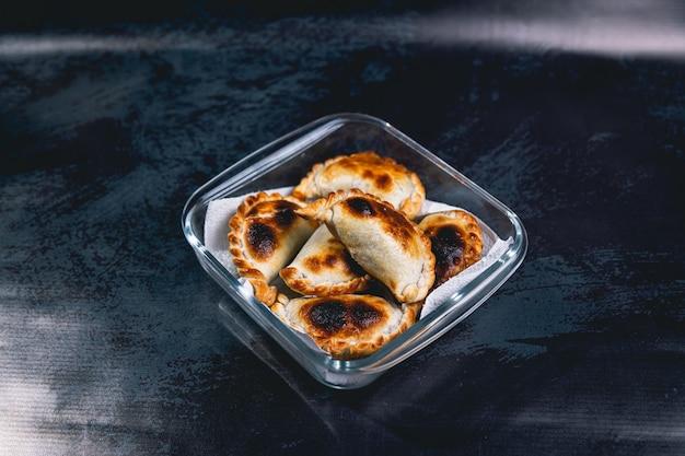 Argentijnse empanadas op een glasplaat