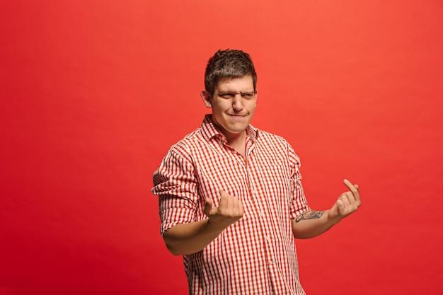 Argumenteren, argumenteren concept. grappig mannelijk half-lengteportret dat op rode studioachtergrond wordt geïsoleerd. jonge emotionele verrast man