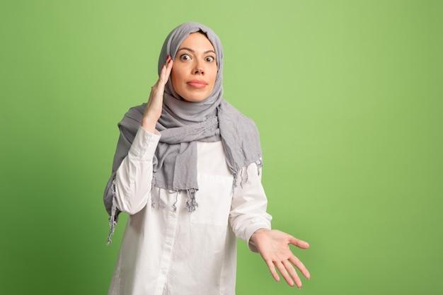 Argumenteren, ruzie concept arabische vrouw in hijab.