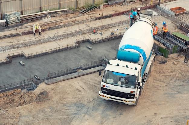 Arial bekijk concrete menging in bouwplaats