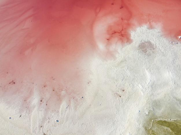 Arial uitzicht op de kustlijn van een zoutmeer in zuid-spanje.