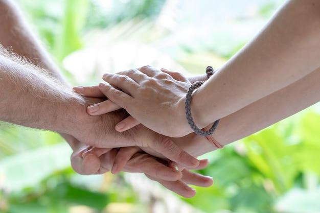 Arm één voor één op elkaar gestapeld in eenheid en teamwork.