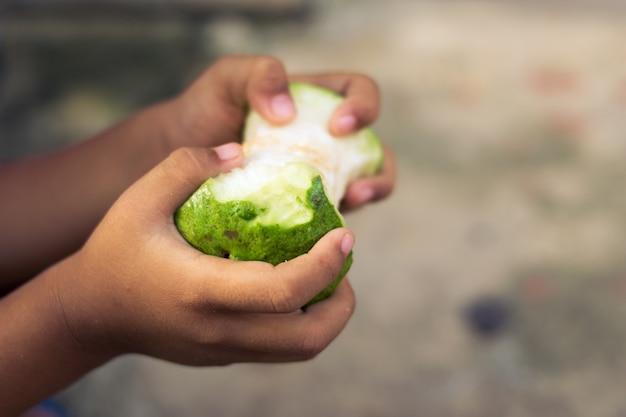 Arm kind hand gegeten fruit