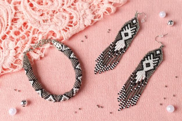 Armband gemaakt van kleine kralen in een set met handgemaakte oorbellen. thuis werkplaats