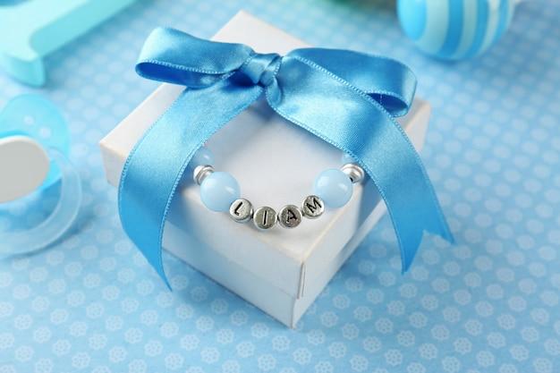 Armband met babynaam op geschenkdoosje
