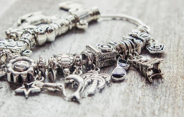 Armband met bedels. selectieve aandacht. schoonheid en mode.