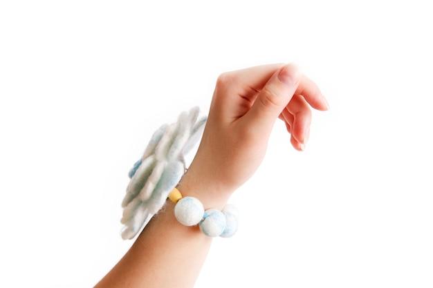 Armband op zijn hand handgemaakte wol