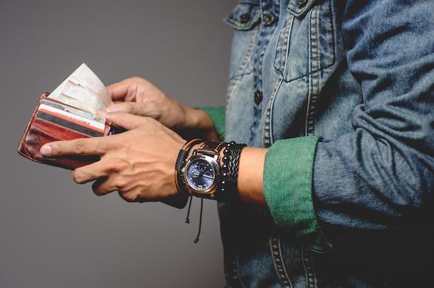 Armbanden en horloge om de pols