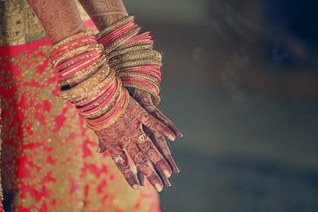 Armbanden in bruids hand