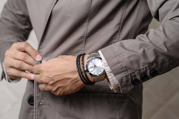 Armbanden om de pols