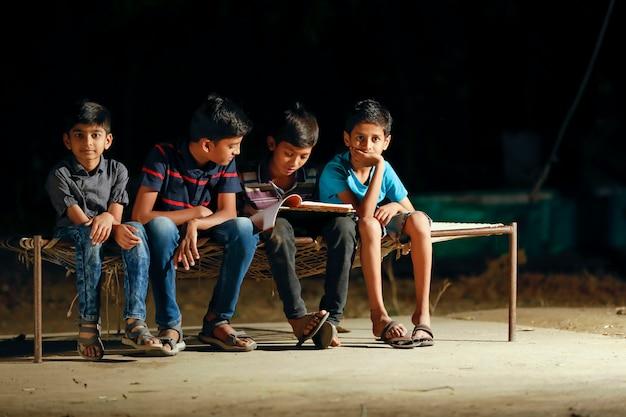 Arme kind doet zijn huiswerk in de straatlantaarn
