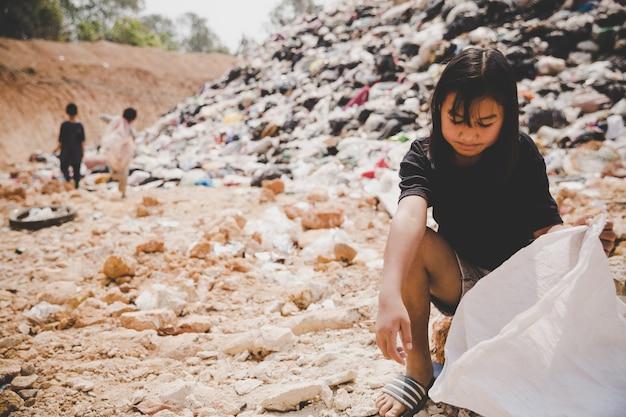 Arme kinderen verzamelen vuilnis voor de verkoop