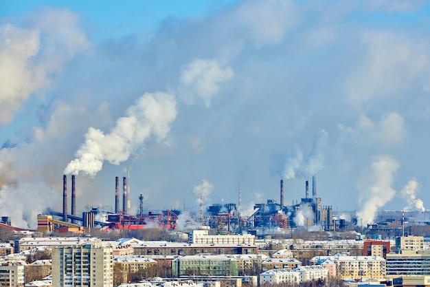 Arme omgeving in de stad. milieuramp. schadelijke emissies in het milieu. rook en smog. verontreiniging