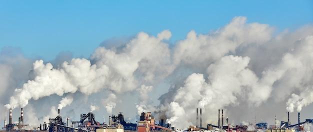 Arme omgeving in de stad. milieuramp. schadelijke emissies in het milieu.