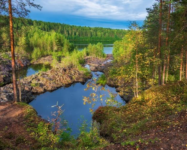 Arme porog, drempel, aan de rivier suna karelia, russische landschapszomer
