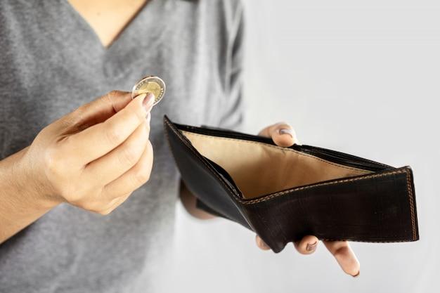 Arme vrouw hand open lege portemonnee en een munt