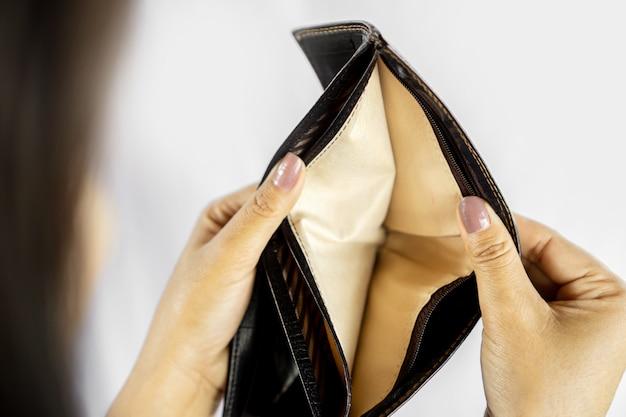 Arme vrouw hand open lege portemonnee