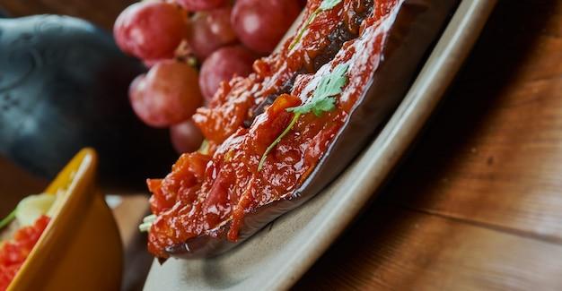 Armeense gevulde aubergine, armeense keuken, traditionele geassorteerde gerechten, bovenaanzicht.