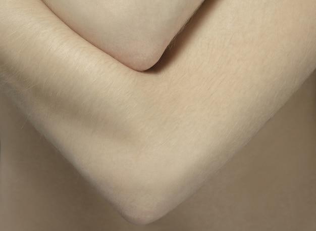 Armen. gedetailleerde textuur van de menselijke huid. close-up shot van jonge blanke vrouwelijk lichaam.