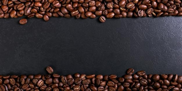 Aroma geroosterde koffiebonen op rustiek tafelblad, bruine bannerachtergrond.