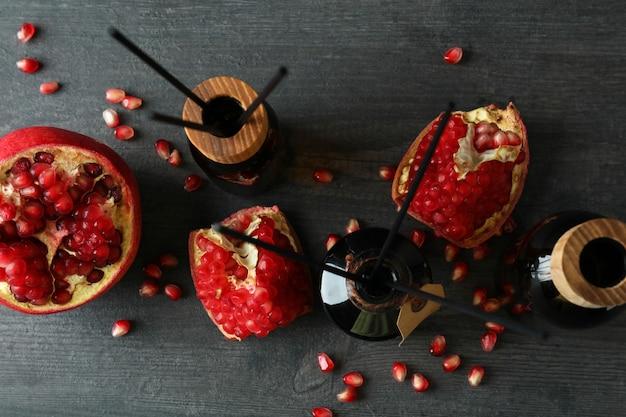 Aroma geurverspreiders en granaatappel op donkere houten tafel