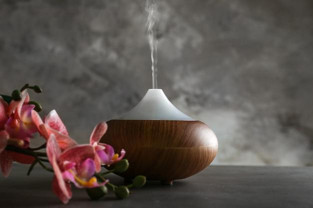 Aroma olie diffuser en orchidee op tafel