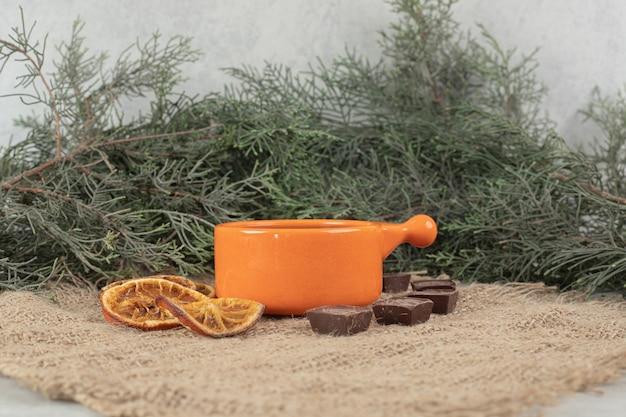 Aromakoffie, sinaasappelschijfjes en chocolade op jute