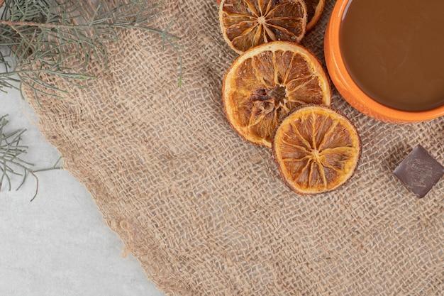 Aromakoffie, stukjes sinaasappel en chocolade op jute