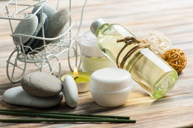 Aromastokken, kiezelstenen en aangestoken kaars