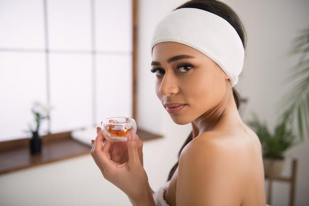 Aromatherapie. aardige mooie vrouw met olie terwijl ze in de spa salon