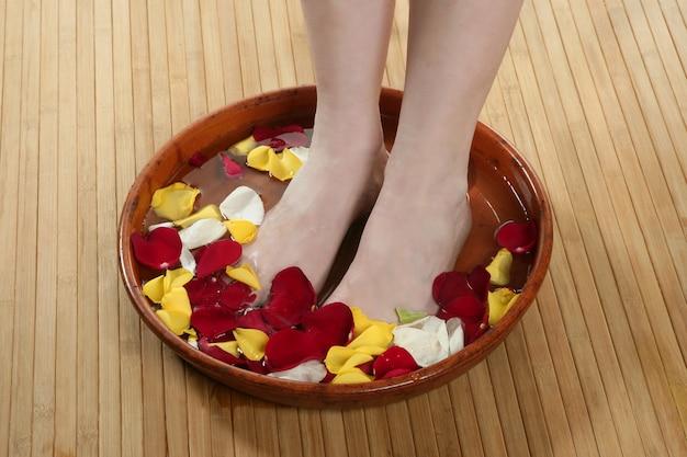 Aromatherapie, bad met bloemenpoten, rozenblaadje