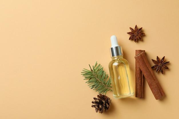 Aromatherapie concept met pijnboomolie op beige achtergrond