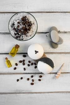 Aromatherapie en spa-concept. kuuroordzout met koffiegeur dichtbij zeep