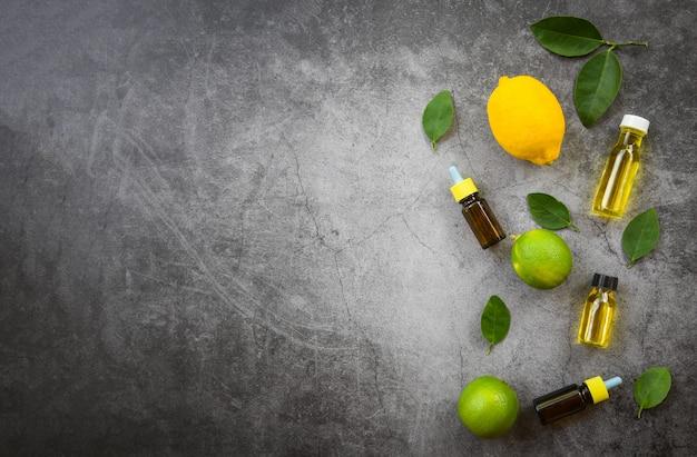 Aromatherapie kruidenolie flessen aroma met citroen- en limoenblaadjes kruiden essentiële oliën