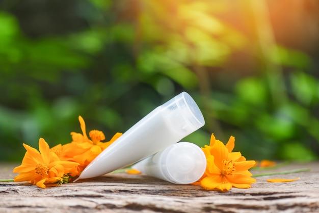 Aromatherapie lotion kruiden met gele bloem - natuurlijke lotion fles voor gezicht en lichaam schoonheid remedies en spa organische minimalistische levensstijl