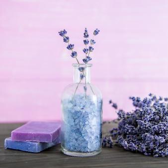 Aromatherapie olie en lavendel spa, wellness met lavendel, zout op een houten achtergrond