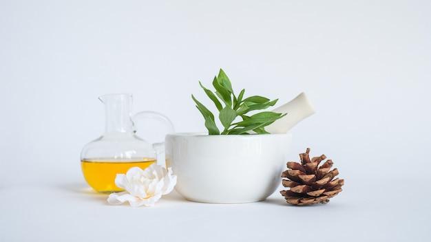Aromatherapie-olie met mortel en natuurlijk groen blad. aroma huid beauty spa productconcept.