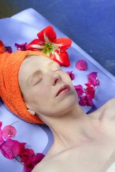 Aromatherapie op een blauw bord roze bloemen
