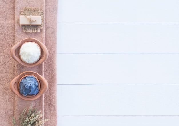 Aromatherapie salt spa met handgemaakte zeep en gezichtsmasker op houten achtergrond.