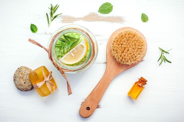 Aromatisch zeezout met aromatische kruiden op witte houten lijst.