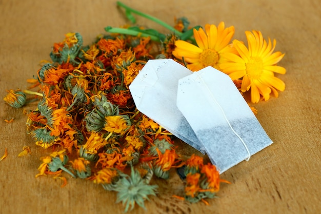Aromatische calendulabloemen en theezakjes