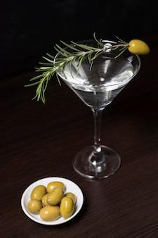 Aromatische cocktail met rozemarijn en olijven