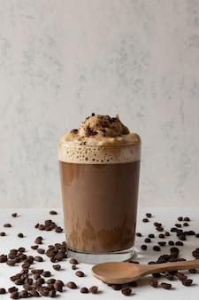 Aromatische frappuccino op tafel