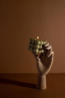 Aromatische geparfumeerde sojakaars met rook op beige bruine textielachtergrond moderne bellenkaars nog...