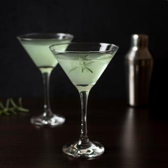 Aromatische glazen cocktails klaar om te worden geserveerd