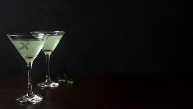 Aromatische glazen cocktails met kopie ruimte