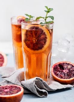 Aromatische ijsthee met fruit